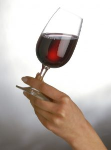 Verre de vin rouge incliné